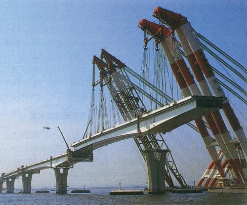 1994年6月に実施した橋梁部で最大の桁の架設。長さ約238m、重さ約4700tの桁を、2隻の起重機船で据え付けた(写真:日経コンストラクション)