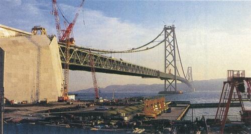 橋長3911.1m、中央支間長1990.8mを誇る世界最大の吊り橋。最初の大ブロック架設から470日かけて、1996年9月に桁の併合を終えた。神戸側から撮影(写真:日経コンストラクション)