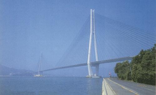 広島県の尾道と愛媛県の今治を結ぶ高速道路で、海峡部に計10本の橋が架かる。写真は完成に近づいた多々羅大橋。中央支間長は890mで、完成時点では斜張橋として世界最長だった。1998年に撮影(写真:日経コンストラクション)