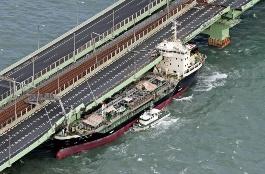 関空連絡橋に衝突したタンカー(写真:毎日新聞社/アフロ)