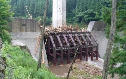 写真3■ 透過型砂防堰堤の例。西日本豪雨では、兵庫県宍粟(しそう)市にある透過型の堰堤が約8000m<sup>3</sup>の土砂や流木を捕捉した(写真:国土交通省)