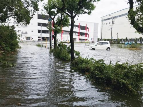 写真1■ 咲洲の環状西線の臨港道路で起こった浸水被害(写真:大阪市)