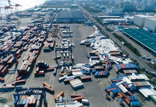 写真2■ 神戸港における港湾施設の被害状況。コンテナの漂流や流失などが目立った(写真:鈴木高二朗・港湾空港技術研究所耐波研究グループ長)