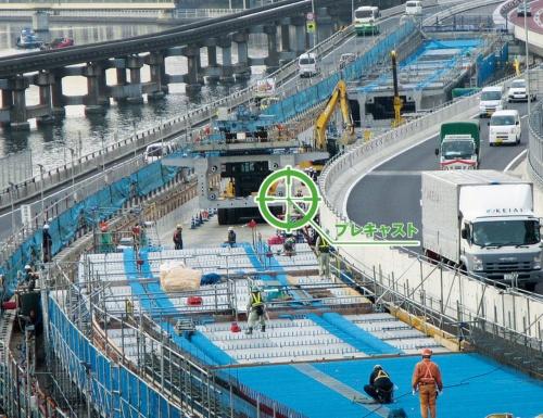 写真1■ 右が上り線の迂回路、左は既設の下り線。左奥は東京モノレールだ(写真:首都高速道路会社)