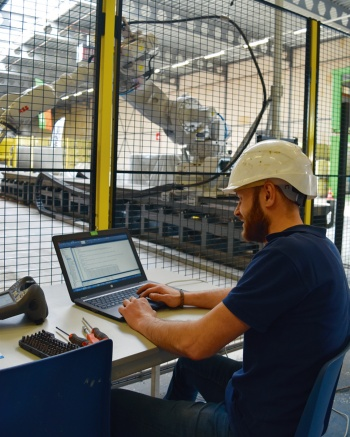 写真3■ プリンターの稼働中、人はフェンス内に立ち入らず、全てコンピューターで制御する(写真:日経コンストラクション)