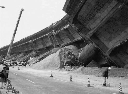 阪神・淡路大震災で倒壊した阪神高速神戸線の東灘高架橋。ピルツ形式の橋脚17基が床版などとともに延長600mにわたって崩れた(写真:日経コンストラクション)