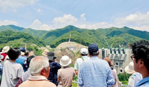 写真1■ 予約不要の「ぷらっと見学会」には、平日でも50人前後が集まる。写真はダムの上流側から撮影(写真:日経コンストラクション)