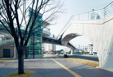 熊本駅帯山線立体横断施設。2012年4月23日号「橋脚を兼ねる階段で足元すっきり」(写真:右もイクマ サトシ)
