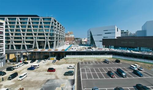 大阪大学外国語学部研究講義棟(写真左)の3階と箕面市複合公共施設の2階をつなぐメインデッキ。デッキ下の地上レベルには駐輪場が整備される(写真:生田 将人)