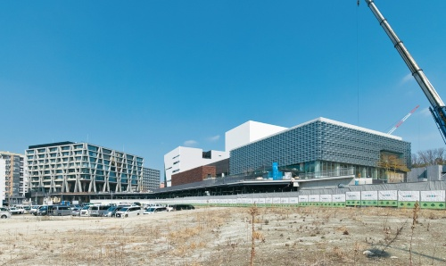 2023年度には箕面市複合公共施設の前に駅前広場が整備される。メインデッキと合わせて大阪大学の学園祭などイベントの開催も考えられている(写真:生田 将人)