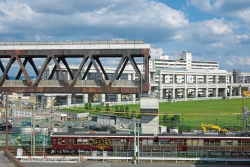 3⃣ 都市計画道路をまたぐ区間には、大きなスパンを確保できる上下2層のトラス橋が架かる(写真:生田 将人)