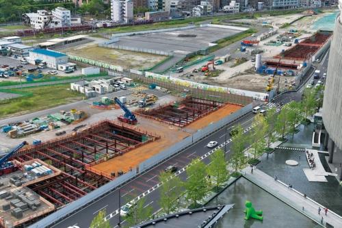 写真奥のJR東海道線支線をJR大阪駅側に寄せたうえ、開削工法で深さ15mに島式2面4線の地下新駅を設ける。トンネル区間は1.7kmで、切り梁の間から躯体の一部がのぞく。新駅は23年春に開業予定(写真:生田 将人)