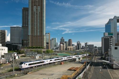 敷地の北側から南側を見る。手前は関西国際空港からJR大阪環状線と東海道線支線を経由して東海道本線の新大阪駅方面に直通する特急列車。大阪環状線と東海道本線は線路が直接つながっておらず、現在は大阪駅付近を素通りしている(写真:生田 将人)