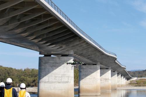 写真1■ 定期点検にドローンなどを活用した各務原大橋。2013年に完成した橋長594mのプレストレスト・コンクリート(PC)10径間連続フィンバック橋だ(写真:岐阜大学)