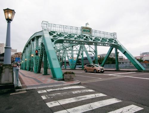 写真1■ 橋長62m、鋼製曲弦ワーレントラスの犀川大橋。補修前に撮影(写真:日経コンストラクション)