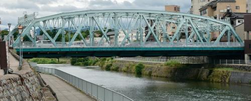 写真2■ 側面から見た犀川大橋。桁下を通る遊歩道は工事中も供用する必要があった(写真:日経コンストラクション)