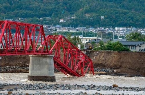 写真1■ 長野県上田市を走る上田電鉄別所線で、千曲川に架かる鉄橋の一部が崩落した。橋台を置いていた堤防が増水でえぐられたとみられる(写真:大村 拓也)