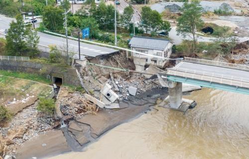 写真2■ 千曲川に架かる県道81号の「田中橋」(長野県東御市)。橋の崩落によって落下した車のうち1台が下流に流され、行方が分かっていない。10月14日午前10時20分に撮影(写真:大村 拓也)