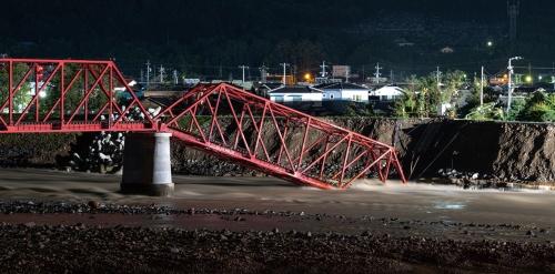 写真1■ 上田電鉄別所線のトラス橋。10月14日午前2時ごろ撮影。正確な建設時期は分かっていないが、1920年前後とみられる。橋台があった千曲川の堤防も古くから存在し、41年には既に改修工事の記録が残っている。どちらが先に造られたのかは不明だ(写真:大村 拓也)