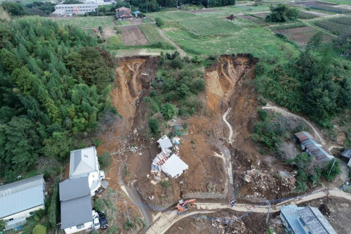 写真1■ 群馬県富岡市で発生した土砂崩れの現場。10月16日午後2時ごろにドローンで撮影(写真:群馬県県土整備部砂防課)