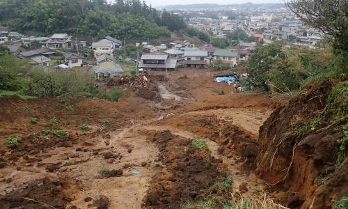 写真2■ 斜面に向かって右側の崩落箇所から見下ろした集落の様子。傾斜が緩いことが分かる。10月16日午前8時ごろ撮影(写真:若井明彦・群馬大学大学院教授)