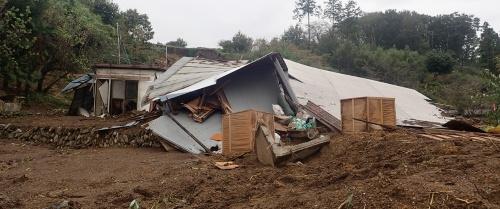 写真3■ 崩壊した2つの斜面の間に位置していた建物周辺の様子。10月16日午前8時ごろ撮影(写真:若井明彦・群馬大学大学院教授)