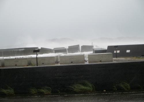 写真1■ 台風19号の高波で破損した和歌山県串本町の動鳴気(どめき)漁港の堤防。2019年10月12日午前撮影(写真:串本町)