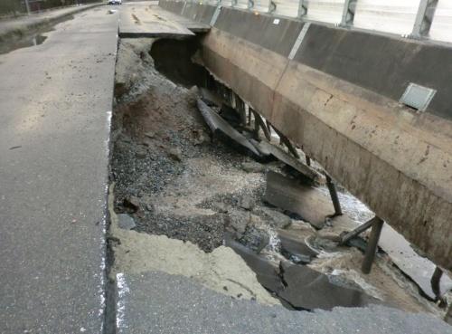写真2■ コンクリート擁壁が破損して土砂が流出。陥没が発生した国道42号。2019年10月12日撮影(写真:国土交通省)
