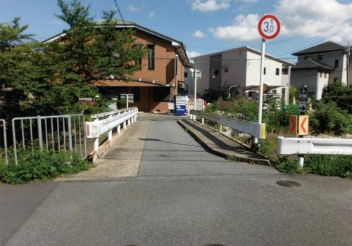 写真1■ 奈良県生駒市の神楽橋。車が通れる幅員は2.7mほどだ(写真:近畿建設協会、災害科学研究所)