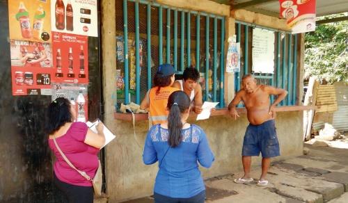 写真1■ ニカラグアでは1万世帯への訪問インタビューを手掛けた。回答率を上げるために機転を利かせ、地元の有力者に同行してもらった(写真:日本工営)