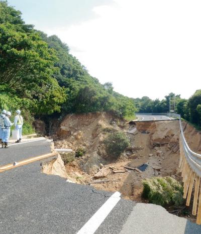 写真1■ 2018年7月の西日本豪雨による広島呉道路の被災箇所の例。土石流で盛り土が崩壊した。大林組は同道路などの復旧工事を担当した(写真:日経コンストラクション)