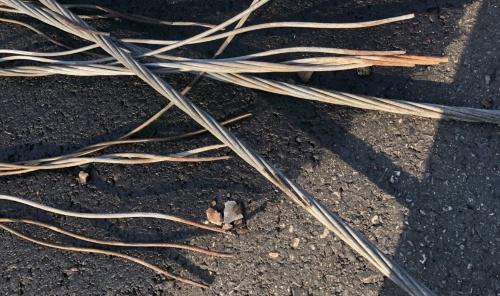 写真2■ 南方澳跨港大橋の破断したケーブル。亜鉛めっきで防食し、ポリエチレン製のシースで被覆していた。破断面の周辺がさびている(写真:王 仲宇)