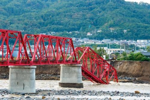 長野県上田市で、千曲川に架かる上田電鉄別所線の鋼トラス橋の一部が崩落した。橋台があった堤防が増水で浸食された(写真:大村 拓也)