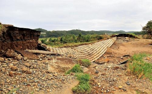 茨城県常陸大宮市で約250mにわたって決壊した那珂川の堤防。計画断面に達していない「暫定堤防」だった(写真:日経コンストラクション)