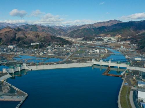 20年1月時点の空撮。2つの水門と防潮堤が建設されている(写真:安藤ハザマ・植木組・伊藤組土建・南建設JV)