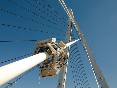写真1■ 阪神高速道路で橋のケーブルの点検に使うロボット。仮想空間では、損傷や劣化の進行度も再現する(資料・写真:阪神高速道路会社)