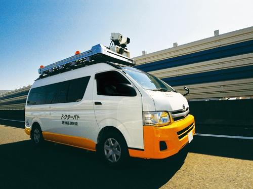 写真2■ 阪神高速道路で路面の損傷を発見する点検車「ドクターパト」(資料・写真:阪神高速道路会社)