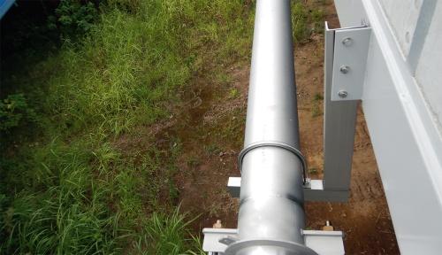 写真2■ 橋桁のガセットプレートとの接合部で外側に傾いた明午橋の配水管の支持金具。構造計算にミスがあった。18年9月に撮影(写真:熊本市)