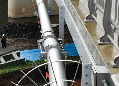 写真3■ 補修後の支持金具。橋桁のガセットプレートとは溶接で接合している。20年3月に撮影(写真:日経コンストラクション)