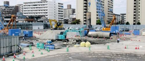 写真1■ 2020年4月に撮影した城北たて坑の施工現場。地表付近の地盤が軟弱なので、砂置換で安定させている。城北たて坑の工事費は約100億円(写真:日経コンストラクション)