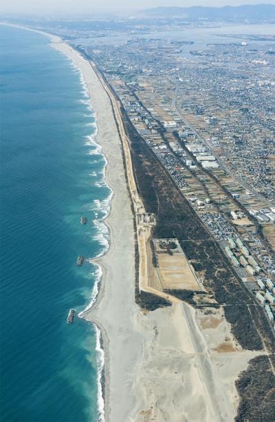 写真1■ 浜松市の沿岸に造った全長17.5kmの防潮堤(写真:静岡県浜松土木事務所)