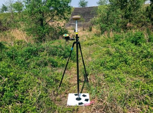 写真3■ GNSS測量器。軽量で操作が簡単なため、松嶋建設では重宝している(写真・資料:松嶋建設)