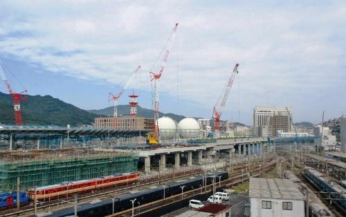 写真2■ 高架橋の工事が進む九州新幹線西九州ルート。写真左端は長崎駅。2019年9月撮影(写真:長崎県)