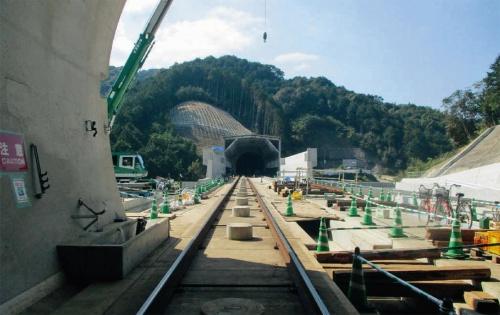 写真3■ 新幹線が通る長崎市内の平間トンネル(写真手前)と新長崎トンネル(奥)。トンネルは完成し、軌道工事などが進んでいる(写真:長崎県)