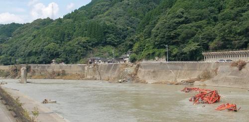 写真1■ 坂本橋の橋脚の100mほど下流に、鋼トラスの一部とみられる部材が横たわっていた。増水時の水流の勢いを物語る。2020年7月19日撮影(写真:日経クロステック)