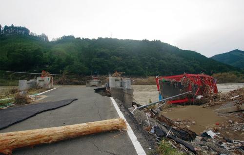 写真2■ 相良橋の2径間鋼トラスの1径間分が橋台付近に打ち上げられている。もう1径間は近くで確認できず、下流に流されたようだ。7月12日撮影(写真:日経クロステック)