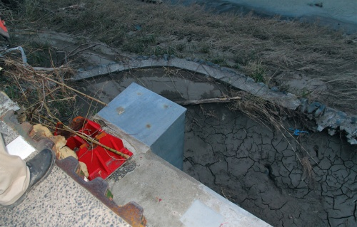 写真3■ 相良橋の橋台に残された支承。ピンから上が流出した。中間橋脚では、下沓ごと流された箇所もある。7月17日撮影(写真:日経クロステック)