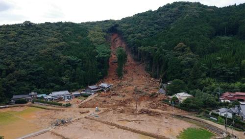写真1■ 熊本県芦北町田川地区での土砂崩落箇所を西側から見た様子。2020年7月5日に撮影(写真:熊本大学くまもと水循環・減災研究教育センター)