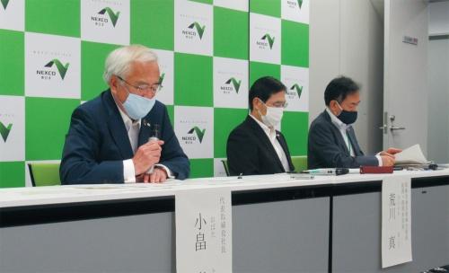 写真1■ 東日本高速道路会社が2020年6月9日に開いた定例会見の様子。左が同社の小畠徹社長。19年度の決算について説明したが、20年度の見込みは未定とした(写真:日経コンストラクション)