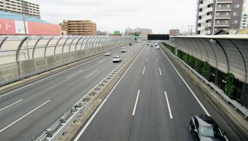 写真1■ 東日本高速道路会社が管理する京葉道路。有料道路として、かつては単独で債務の返済計画を立てていた。しかしその後、他の路線とのプール制に組み込まれ、無料開放の予定時期が何度も延期された(写真:日経コンストラクション)